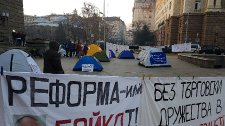 Медицински сестри и здравни работници опънаха палатки пред Министерски съвет.