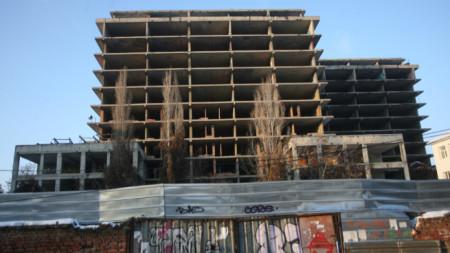 Недовършената сграда на детската болница.