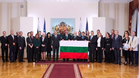 Президентът Румен Радев връчи националния трибагреник на участниците в 27-та антарктическа експедиция на България