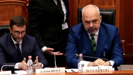 Напръсканият с мастило в лицето премиер на Албания Еди Рама.