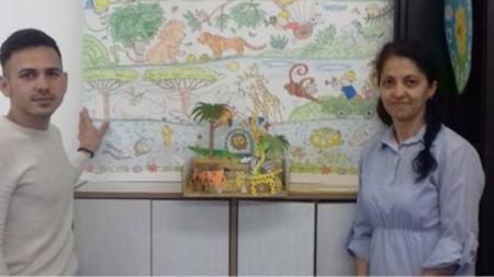 Владислава Сандова с колега от училището