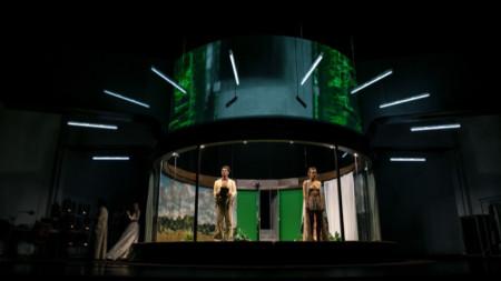 """Сцена от """"Двойното непостоянство"""", реж. Галин Стоев, Градски театър – Тулуза, Франция."""