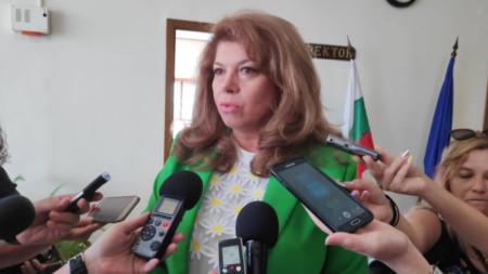 Илияна Йотова говори пред журналисти във Велико Търново.