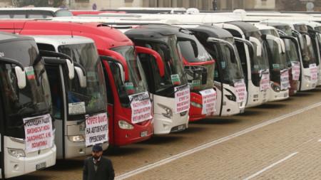 100 автобуса и 2000 таксита спират превоза на пътници в знак на протест. Те преустановяват превозването на пътници, а автобуси и жълти коли са на протестно шествие в София.