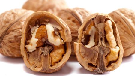 Пет - шест половинки от орехова ядка са достатъчни