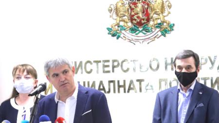 Пламен Димитров и Димитър Манолов връчиха на министър Деница Сачева подписка за значително увеличаване на заплащането за нощен труд.