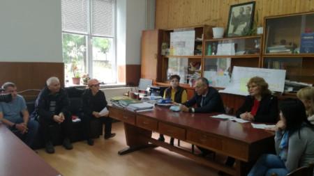 Министърът на образованието Красимир Вълчев обсъжда съдбата на основното училище в Поликраище