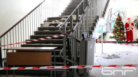 """Паднала мазилка върху стълбището в училище """"Отец Паисий"""" в Кърджали"""
