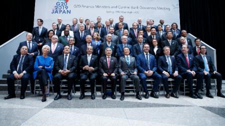 """""""Семейна"""" снимка на финансовите министри и банкерите от групата Г-20 във Вашингтон."""