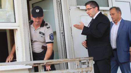 Министърът на регионалното развитие и благоустройството Николай Нанков и председателят на АПИ Светослав Глосов бяха на разпит в сградата на Националната следствена служба.