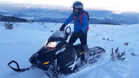 Един от младежите, засечен да кара моторна шейна на 27 януари в района на Безбожки превал.