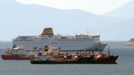 49 нови случая на заразяване са потвърдени на ферибот, хвърлил котва край Пирея.