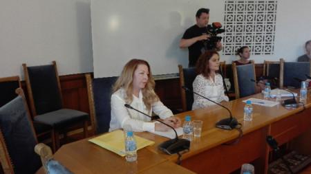 Номинираните за член на СЕМ Ия Петкова и Галина Георгиева .