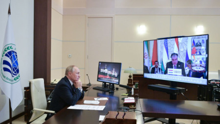 Руският президент Владимир Путин участва по видеовръзка с лидерската среща на Шанхайската организация за сътрудничество в Душанбе.