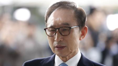 Експрезидентът И Мюн-бак говори пред медии, преди да влезе за разпит в съд в Сеул през март 2018 г.