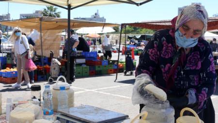Сирене и кисело мляко се предлагат на пазар на открито в Никозия, Кипър