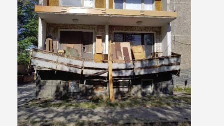 Проблемната тераса, преди да се срути парапетът