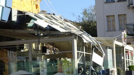 Силният вятър откърти фасадата на голям търговски център в Благоевград в оживено време.