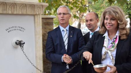 Вицепрезидентът Илияна Йотова на церемонията от откриване на българска чешма в унгарския град Сигетсентмиклош.