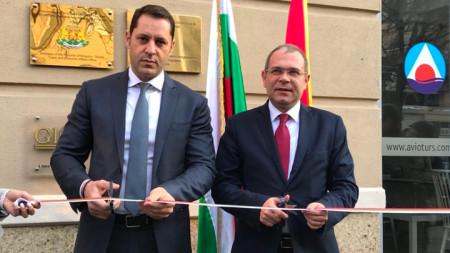 Зам.-министърът на икономиката Александър Манолев и македонският му колега Кире Наумов прерязват лентата на новата българска Служба по търговско-икономически въпроси в Скопие.