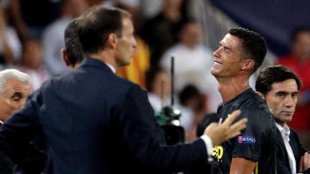 Алегри успокоява ридаещия Роналдо.