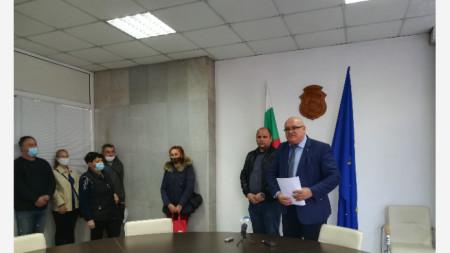кметът Цветан Ценков връчва първите трудови договори на хора, които ще работят в озеленяването на Видин