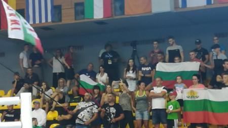 Българските фенове в зала София