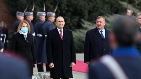 Президентът Румен Радев, заедно със столичният кмет Йорданка Фандъкова и министърът на отбраната Красимир Каракачанов на Богоявленския водосвет пред Паметника на Незнайния войн