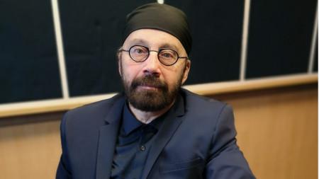 Професор Боян Добрев в студиото на БНР