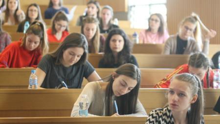 Над 350 кандидат-студенти се явиха днес на първия приемен изпит за годината в Алма Матер.