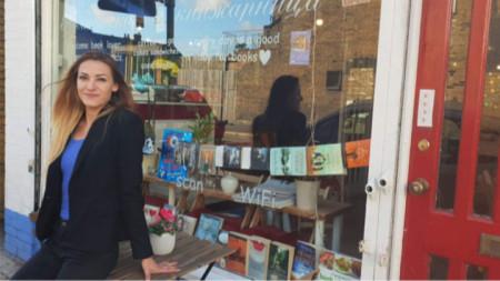 Elina Stojanova para librarisë së saj në Londër