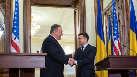 Майк Помпейо (вляво) даде съвместна пресконференция с украинския президент Володимир Зеленски.