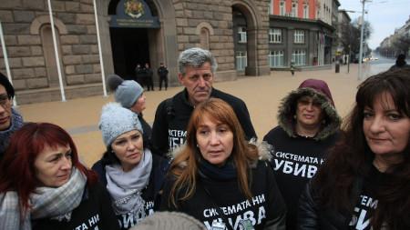 Родители на деца с увреждания протестират пред сградата на Министерския съвет.