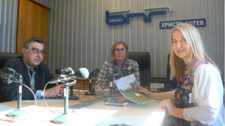Социологът Живко Георгиев, Цвета Николова и Латинка Дучева от Центъра за приобщаващо образование в студиото на