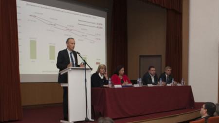 Министър Красимир Вълчев на разговор с ръководството на Стопанската академия в Свищов.