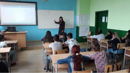 Роси Златева преподава на своите ученици