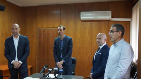Новоизбраният кмет на Ямбол Валентин Ревански (в средата) назначи за зам.-кметове Михаил Керемедчиев (вляво) и Енчо Керязов (вторият отдясно).