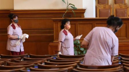 Дали чистачките не са единствените, които свършиха работа в парламента...?