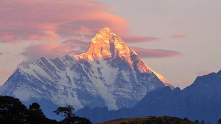 Връх Нандадеви (7816 м) е най-високият в Индия и 23-ият по височина в света. Намира се в Хималаите в близост до границата с Китай.