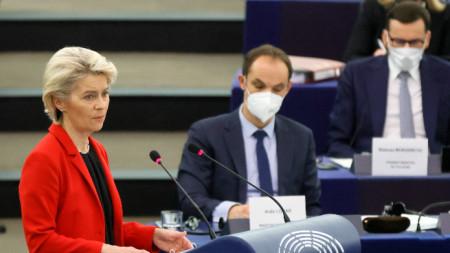 """Урсула фон дер Лайен по време на дебата на тема """"Кризата на върховенството на закона в Полша и примата на правото на ЕС"""" по време на сесия на Европейския парламент в Страсбург, Франция, 19 октомври 2021 г."""