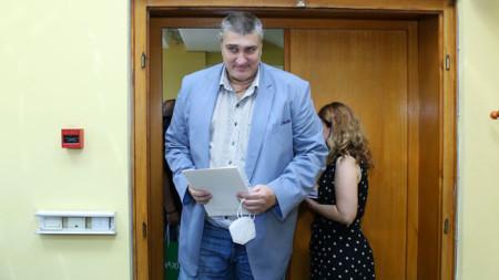 Неслучайно един от най-високите и обичани българи - Любо Ганев, носи маска...