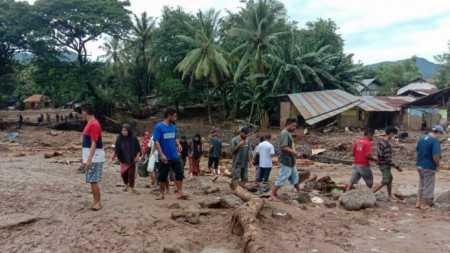 Наводнение в селището Адонара, Индонезия, 6 април 2021 г.