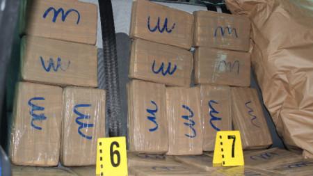"""Пакети с кокаин, открити в лек автомобил в """"Студентски град"""" на 24 май."""