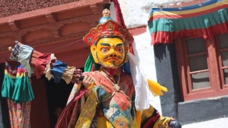 Ритуален танци на улицата в град Ле, столицата на Ладак