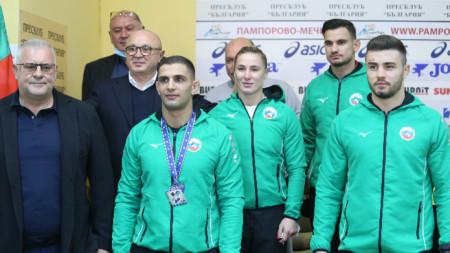 Ивайло Иванов (с медала) се надява да следващото състезание да чуе химна.