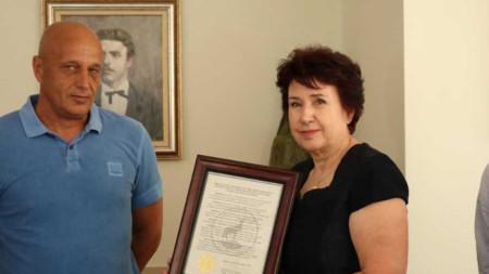 """Прокламацията беше връчена на кмета Вяра Церовска от мениджъра на """"Миньор -Чикаго"""" - Емил Миланов."""