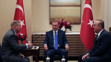 Реджеп Ердоган (в средата) разговаря със сенатор Линдзи Греъм (вляво) в Ню Йорк, като на срещата присъства и Мевлют Чавушоглу.