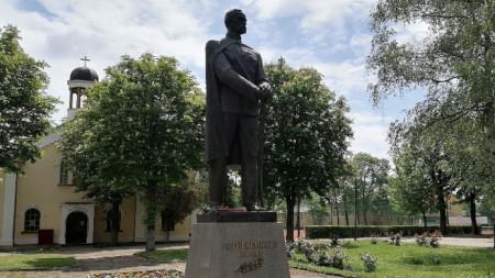 Паметникът на Раковски и параклисът във Военна академия