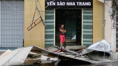 Щети, причинени от тропическата буря, връхлетяла  курорта Нха Транг във Виетнам.
