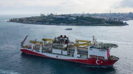 """Корабът """"Фатих"""" на път за Черно море."""